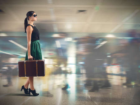 femme valise: Un élégant aéroport touristique approcher la porte