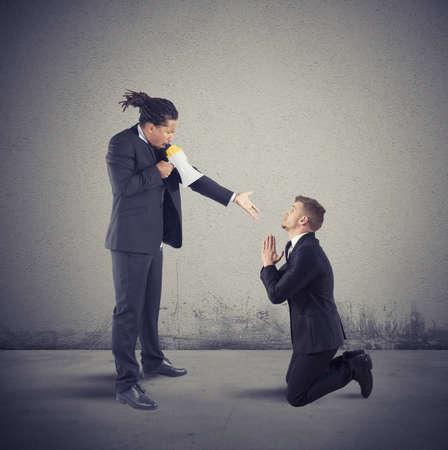 desconfianza: Jefe enojado despide a su empleado por la empresa Foto de archivo