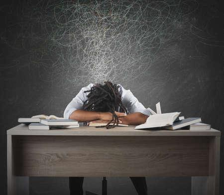Mens moe van studeren dromen over boeken