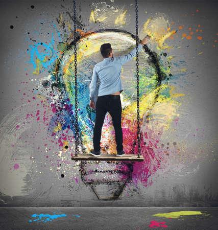 pensamiento creativo: Pinturas del muchacho en la pared de una idea colorida Foto de archivo