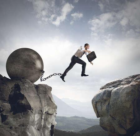 obstacle: El hombre de negocios salta el obstáculo con el peso