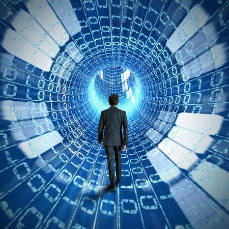 tecnología: Empresario caminar al descubrimiento de internet