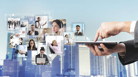 empresarial: Empresario control de su equipo de negocios durante el trabajo