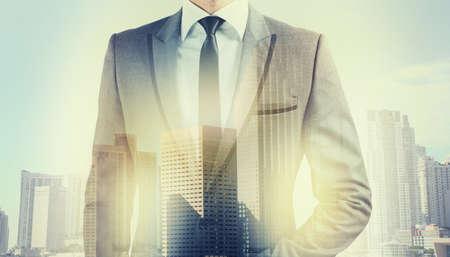 gente exitosa: Hombre de negocios en la parte superior trata de éxito