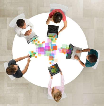 Equipo de negocios colaborar juntos compartiendo proyectos de trabajo Foto de archivo