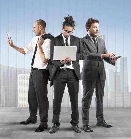 schema: Gli uomini d'affari molto occupato in una societ� Archivio Fotografico