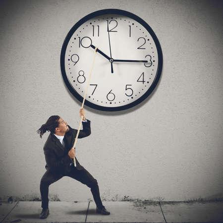 Déplacez aiguilles de l'horloge pour changer l'heure Banque d'images - 36576620