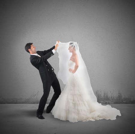 Marido Amazed levanta el velo de la esposa