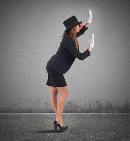 stupor: Mujer de negocios divertido que juega en el mimo