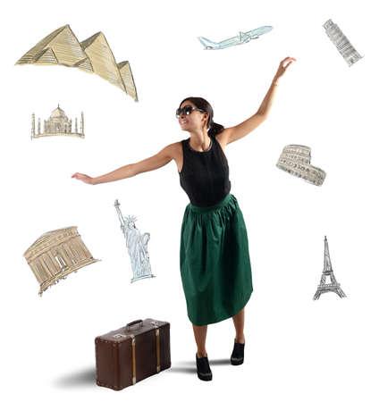 mujer con maleta: Turista elegante soñadora elige a su próximo destino