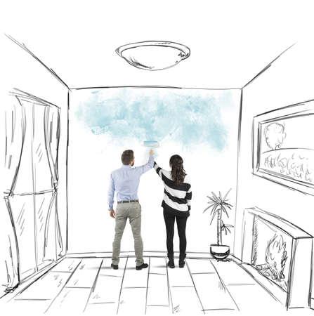 hombre pintando: Pareja joven pintura junto a los muros de la casa