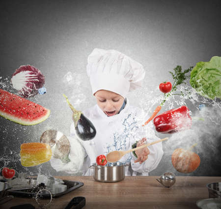 Weinig kind chef-kok spelen en plezier Stockfoto
