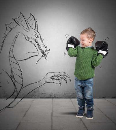 jovenes felices: Peque�o boxeador juega para derrotar a un drag�n