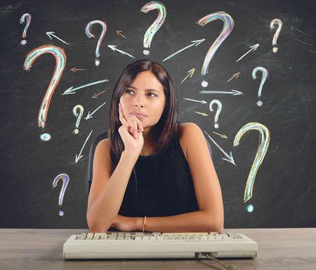 interrogativa: Una empresaria que piensa y hace las preguntas
