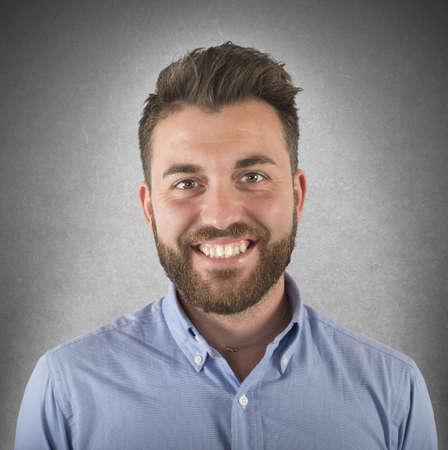 Eenvoudige jonge man glimlachend gezicht en optimistisch