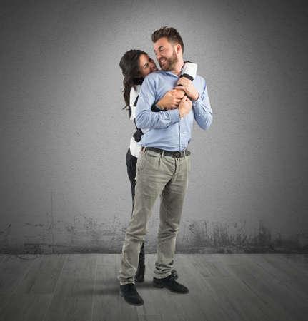afecto: Pareja joven en el amor que abraza con afecto