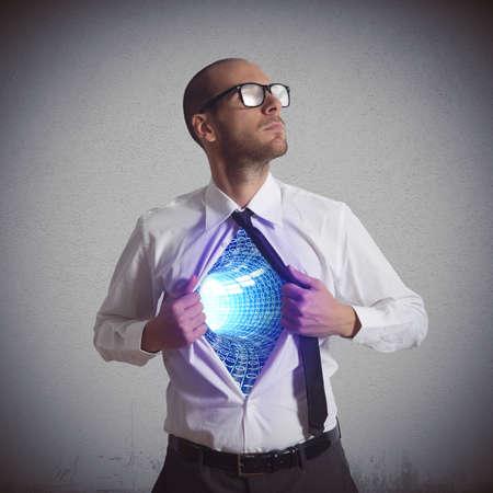 ビジネスマンがサイバー スペースのスーパー ヒーローになります。