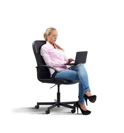 empleadas: Empresaria ocupada trabajando en un port�til de empresa Foto de archivo