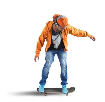 ni�o en patines: Skater boy corre y escucha m�sica