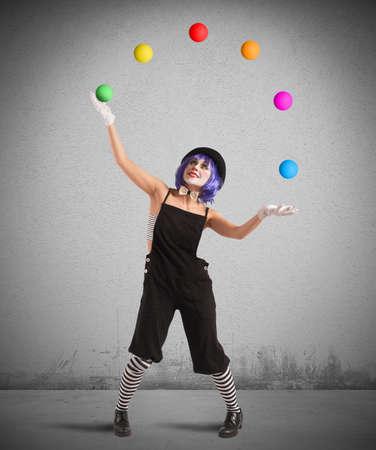 clown cirque: Clown jouer avec des balles comme un jongleur