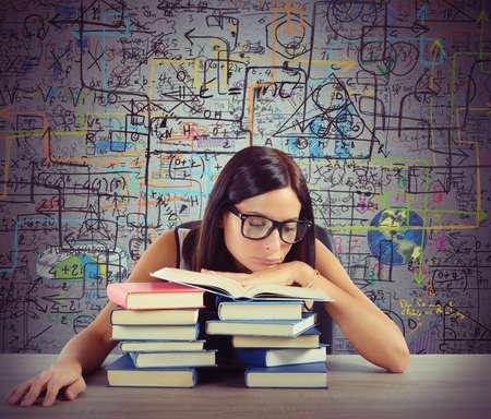 cognicion: Estudiante aburrido en clase lee libros de matem�ticas