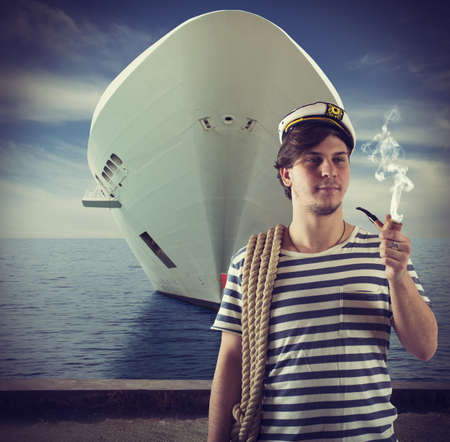 pipe dream: Marinero relaja y fuma delante de la nave Foto de archivo