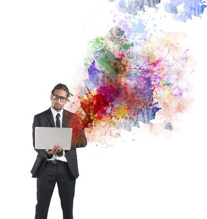 tvůrčí: Podnikatel pracuje na notebooku s novým připojením Reklamní fotografie