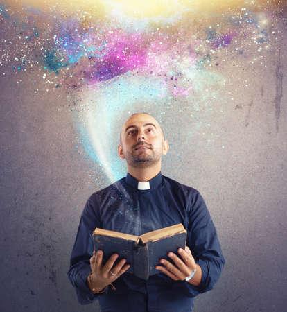 sacerdote: Sacerdote observa la luz universo y el poder de Dios