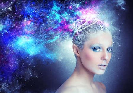 ресницы: Женщина светит и сияет, как звезда Фото со стока