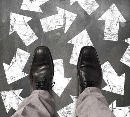 ind�cis: Homme d'affaires ind�cis sur la direction � marcher