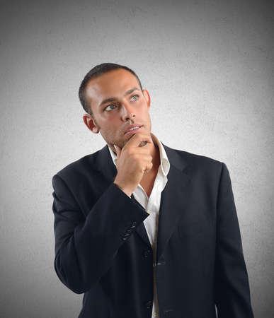 interrogativa: El hombre de negocios reflexiona sobre qué decisión tomar