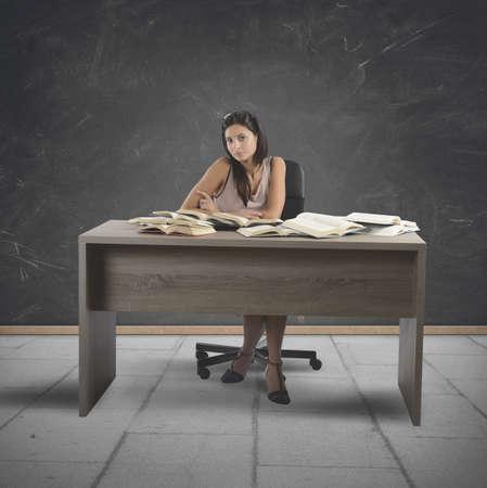 Jonge vintage leraar geeft les in een school