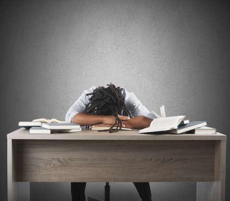 El hombre cansado de estudiar dormir sobre los libros Foto de archivo - 37149333