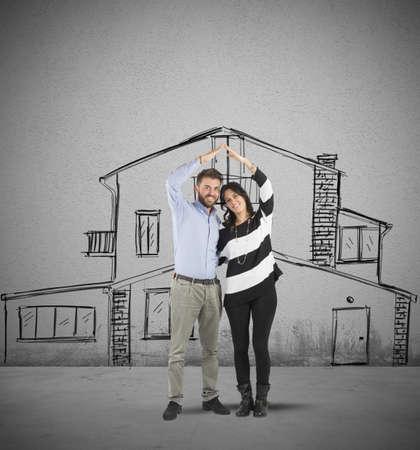 planificacion familiar: Pareja feliz en el amor la planificación de una casa
