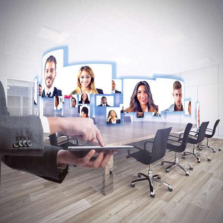 communication: Equipe do negócio fala sobre trabalho em videoconferência