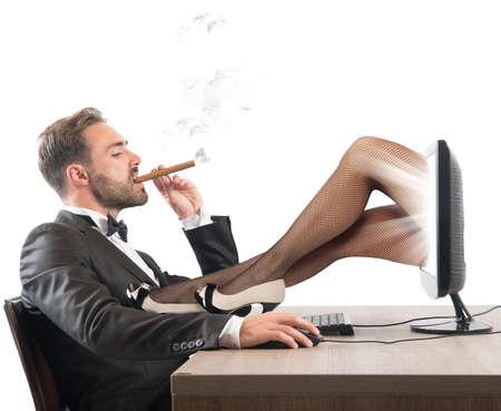 femme sexe: L'homme regarde des sites �rotiques de belles filles