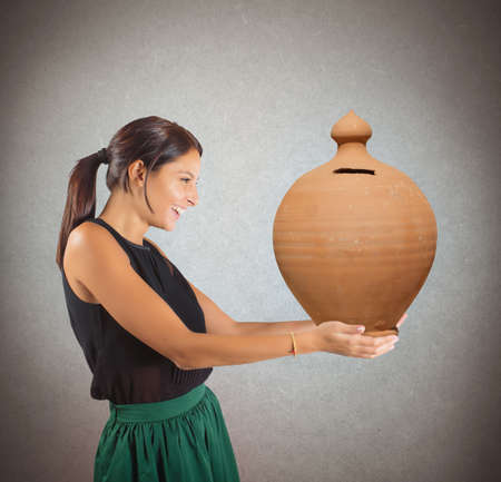 generoso: Mujer generosa feliz de dar los ahorros Foto de archivo