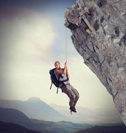 Explorateur effrayé par l'échelle de la hauteur de la montagne Banque d'images - 37254465