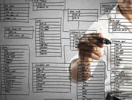 Programmeur ontwerpt en organiseert een nieuwe database Stockfoto - 37228220