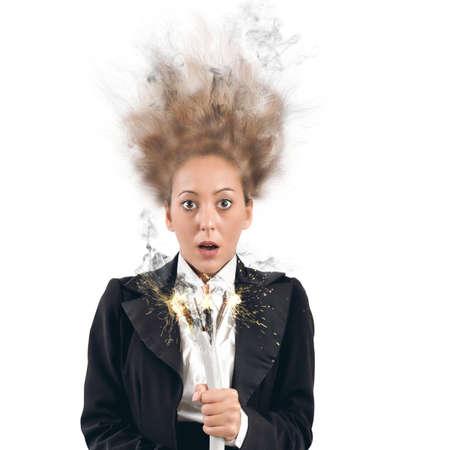 Geschäftsfrau nimmt den Schlag mit einem Kabel