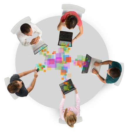 Business team samen te werken met elkaar te delen werkprojecten