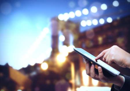interaccion social: Utilice tablet en cualquier lugar y comunicarse con cualquier persona Foto de archivo