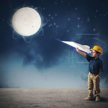 imaginacion: Niño imagina lanzar un servicio de transporte a la luna