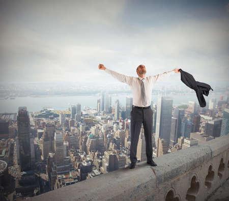 gente exitosa: Hombre de negocios ambicioso llegó a la cima del éxito