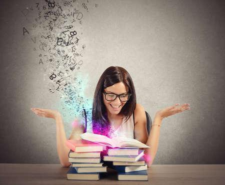 Frau inspiriert von Bücher wie von Zauberhand Standard-Bild - 37861354
