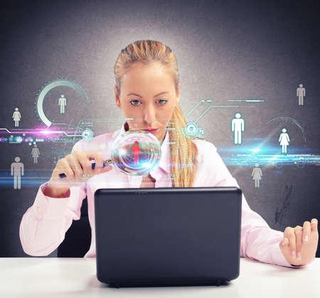 Vrouw zoekt zorgvuldig op sociale netwerken mensen Stockfoto