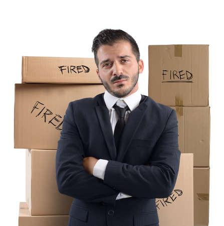 desconfianza: Hombre de negocios triste e infeliz despedido de trabajo