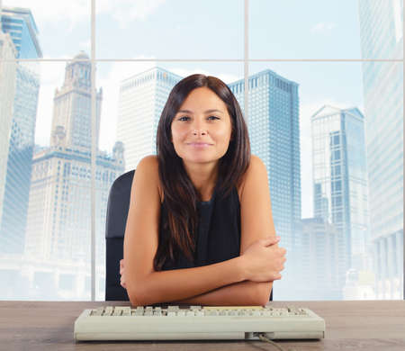 Geschäftsfrau glücklich, oben angekommen werden