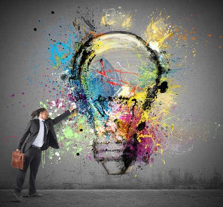 pensamiento creativo: Hombre de negocios tiene gran inspiración para ideas creativas