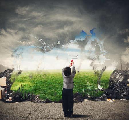Kind mit Kreativität reinigt die natürliche Umwelt
